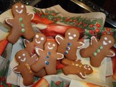 Das perfekte Weihnachtsplätzchen: Lebkuchen-Männchen-Rezept mit einfacher Schritt-für-Schritt-Anleitung: Honig, Zucker und Butter in einem kleinen Topf…