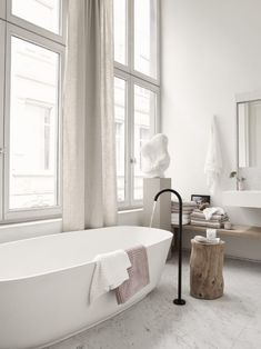 Losstaand bad met zwarte kraan