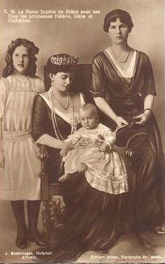 Rainha Sofia dos helenos com suas três filhas, da esquerda para a direita, a princesa Irene, Princesa Katherine ea princesa Helena de Grécia e Dinamarca.  Circa 1913.