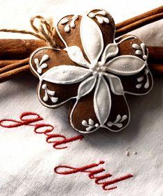 Pikkuleipien klassikot sopivat kahvipöytään ja lahjaksi annettavaksi. Paraisten piparkakut, Hanna-tädin kakut ja kaneliässät ovat makumuistoja mummolasta. White Christmas, Merry Christmas, Hair Accessories, Photo And Video, Instagram, Merry Little Christmas, Wish You Merry Christmas, Hair Accessory