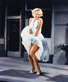 1 of 20 of the most iconic dresses of all time. Marylin Monroe in The Seven Year Itch. William Travilla designed the white dress Marilyn Monroe wore over a subway grate. Marylin Monroe, Joven Marilyn Monroe, Fotos Marilyn Monroe, Marilyn Monroe Poster, Young Marilyn Monroe, Marilyn Monroe Halloween Costume, Marilyn Monroe Wallpaper, Marilyn Monroe Tattoo, Vintage Hollywood