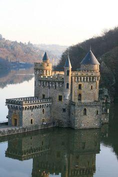 Le château de la Roche, dans les gorges de la Loire. Toutes mes Racines Roannaises. La gastronomie au top du top, vive le Roannais et les côtes Roannaises sans oublier les fromages affinés..... La vie quoi! #Castles