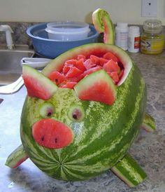 This watermelon pig is so cute and easy to make .- Dieses Wassermelonenschwein ist so süß und einfach zu machen! Wegbeschreibung HIER This watermelon pig is so cute and easy to make! Directions HERE – - Pig Roast Party, Pig Party, Snacks Für Party, Pig Roast Wedding, Farm Party, Luau Party, Watermelon Pig, Watermelon Hacks, Watermelon Carving Easy