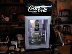 コカ・コーラcoca colaロゴ入りのフロントガラスドアのコンパクトな冷蔵庫