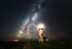 El faro de Yaquina Head en Newport, Oregón (by Derek Kind) Iluminado por la inmensidad del cielo