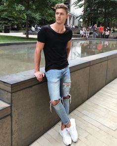 37 Cool Men Fashion with Ripped Jeans for Street Style Ripped Jeans Men, Sexy Jeans, Skinny Jeans, Mode Man, Casual Outfits, Men Casual, Skinny Guys, Photography Poses For Men, Stylish Boys