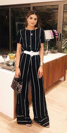 12 looks com um toque fashionista para copiar de Thássia Naves. Macacão preto listrado, cinto branco, bolsa de animal print