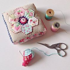 Sewing Hacks, Sewing Tutorials, Sewing Kits, Quilting Projects, Sewing Projects, Fabric Crafts, Sewing Crafts, Patchwork Quilt, Hexagon Quilting