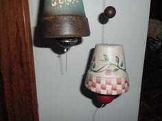 Sinos de Natal pintados em cerâmica