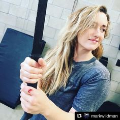 """Ashley Johnson en Instagram: """"Bruised knuckles, blood and swinging machetes. Training with my man @markwildman is not for the faint of heart. Bring it. #Repost…"""""""