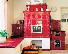 Srdce domu tvoří červená kachlová kamna s lesklou povrchovou úpravou. Lze na nich vařit, přepnout do režimu vytápění lůžka. Teplý vzduch je veden i do horní místnosti nad kamny. Stoves, Decoration, Arcade Games, Household, Holiday Decor, Home Decor, Gatos, Bedroom Ideas, Decor