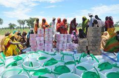 Vluchtelingen in het kamp in Jamam staan in de rij voor emmers en zeep. Dit is onderdeel van een campagne van Oxfam om de gezondheid binnen de kampen te verbeteren en ziekten als cholera en Hepatitis E tegen te gaan.