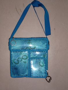BANDOLERO ECOLÓGICO CON BOTELLAS PLÁSTICAS Recycled Plastic Bags, Recycle Plastic Bottles, Card Basket, Bag Making, Purses And Bags, Upcycle, Recycling, Crochet Patterns, Shoulder Bag