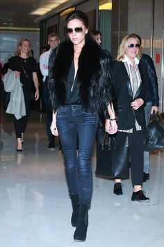Victoria Beckham wears black ankle boots with skinny jeans and statement coat. Victoria Beckham Outfits, Style Victoria Beckham, Beauty And Fashion, Fashion Looks, Fashion Photo, Fashion Tips, Black Fur Jacket, Celebrity Airport Style, Celebrity Closets