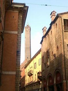 A Bologna non ti perdi, sempre c'è una torre che ti guida