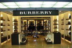 Recentemente a Burberry anunciou que vai encerrar todas as suas linhas e, ao final de 2016, todos os produtos levarão na etiqueta apenas um nome: Burberry. Se para alguns, a ação pode mostrar que a empresa passa por dificuldades, para o cliente parece a coisa certa a fazer. A Burberry, em muitas lojas, vendia no mesmo espaço todas as suas linhas: Prorsum, Brit e London. Mas não são todos os consumidores que entendem as diferenças entre elas ou até mesmo que sabem de sua existência. Eles…