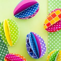 Make these colorful pretty paper eggs with very little effort. Template to download. Tutorial in English & Swedish.