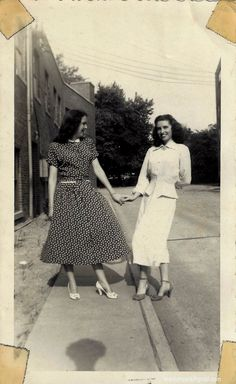 40 Lovely Photos of Women in Polka-Dot Dresses From the ~ vintage everyday Photos Of Women, Fashion Tips For Women, Fashion Advice, Womens Fashion, Vintage Outfits, 1940s Outfits, 1940s Fashion, Vintage Fashion, 40s Mode