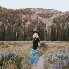 All the feels Hiking Photography, Portrait Photography, Fashion Photography, Senior Picture Outfits, Senior Pictures, Mountain Photos, Mountain Style, Foto Pose, Senior Girls