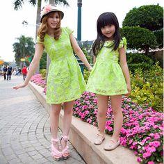 Barato 2014 verão nova chegada ! Família Moda vestido de organza flor para mamãe e filha , verde e branco vestido de cores para meninas, Compro Qualidade Vestidos - Meninas diretamente de fornecedores da China:        Mãe preço do vestido é $ 26,96 / pcs ,  preço vestido de bebê é $ 21,09 / pcs Mommy Daughter Matching Dresses, Mommy And Me Dresses, Mommy And Me Outfits, Girls Dresses, Twin Outfits, Couple Outfits, Kids Outfits, Mother Daughter Fashion, Mom Daughter