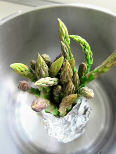When you want to steam asparagus, but not cut the stems down to the size of your steamer basket, stand them up! Just wash and trim the asparagus and then Hip Pressure Cooking, Power Pressure Cooker, Pressure Cooking Recipes, Instant Pot Pressure Cooker, Slow Cooker Recipes, Pressure Washing, Slow Cooking, How To Cook Asparagus, Recipes
