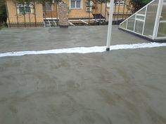 El proceso (II): La impermeabilización se protege para evitar punzonamientos y rasgaduras que puedan provocar filtraciones de agua mediante una capa de mortero tendida sobre un fieltro geotextil.