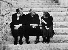 Le mani parlano // Las manos hablan // Hands speak (by Nino Migliori, Happy Together, Vintage Pictures, Vintage Images, Fotografia Social, Italian People, Vintage Italy, Black N White Images, Vintage Photographs, Belle Photo