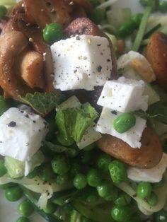 Courgetti, pea, celery, feta, mushroom, mint, lemon juice, olive oil, black pepper...#dinner #summer #happysalad #lemon #mint #feta #celery #nopasta #lowcarbs #healthyfood #salad #eatyourgreens #nofilter