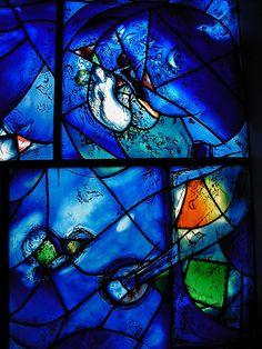 Chagall, Pintor De Sonhos... Em 1960, ele criou vitrais para a sinagoga do hospital Hadassah Ein Kerem, em Jerusalém. Na imagem, detalhes de um deles.