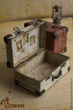 miniature battered old suitcases Vintage Suitcases, Vintage Luggage, Vintage Trunks, Miniature Houses, Miniature Dolls, Miniature Furniture, Dollhouse Furniture, Diy Vintage, Tiny World