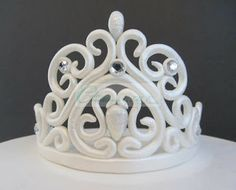 All information about Fondant Princess Crown Template. Pictures of Fondant Princess Crown Template and many more. Fondant Figures, Fondant Cake Toppers, Fondant Cakes, Fondant Crown, Crown Cake, Cake Decorating Techniques, Cake Decorating Tutorials, Decors Pate A Sucre, Tiara Cake