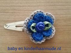 Haarclipje met blauw/grijze gehaakte bloem.