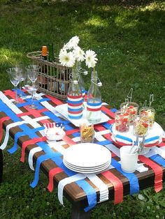 woven strips of streamers -- red, white & blue for of July table. 4th Of July Celebration, 4th Of July Party, Fourth Of July, Summer Picnic, Summer Diy, Blue Table Settings, Patriotic Decorations, Patriotic Party, Barn Parties