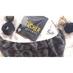Ich stricke gerade ein ganz tolles Dreieckstuch! Das Tuch nennt sich Hinata – Hebemaschen-Tuch. Die Strickanleitung dafür habe ich aus dem wunderbaren Buch TÜCHER stricken – 25 Maschenfeine Projekte für jede Gelegenheit von Marisa Nöldeke aus dem EMF Verlag. Auf Instagram habe ich das Hinata-Tuch entdeckt und war sofort begeistert. Ein riesiges Dreieckstuch mit einem …