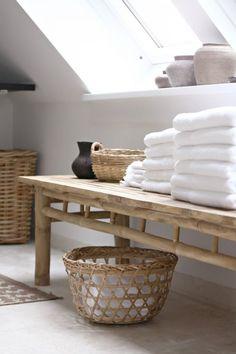 Accessoires gemaakt van natuurlijke materialen zoals riet en hout geven veel sfeer en karakter aan je badkamer. Stem de kleuren van het materiaal op elkaar af zodat ze een geheel vormen.