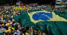 Manifestantes erguem faixa que pede intervenção militar durante protesto contra o governo da presidente Dilma Rousseff, na avenida Paulista, centro de São Paulo,