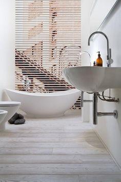 salle de bain scandinave, belles vasques blanches et baignoire ovale