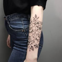 64 tatuagens de flores para se inspirar e escolher a sua  Lower Arm Tattoos, Arm Tattoos For Women, Image Mom, 7 Tattoo, Trendy Tattoos, Tattoo Inspiration, Tatoos, Tatting, Piercing