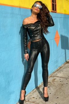 Los 12 mejores looks de Zuleyka Rivera Leather Pants Outfit, Leather Dresses, Leather Jacket, Shiny Leggings, Leggings Are Not Pants, Leder Outfits, Elegantes Outfit, Sexy Latex, Sexy Hot Girls