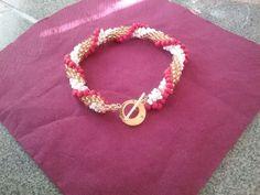 Armband ( gehäkelt) mit goldener Schließe.