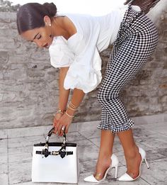 Wow, this outfit is not only classy but is looks not over the edge styled. With flats you can wear it to work and with heels and a nice handbag this outfit transforms to a date outfit. Classy Outfits, Chic Outfits, Summer Outfits, Fashion Outfits, Womens Fashion, Fashion Blouses, Fasion, Dress Summer, Spring Dresses
