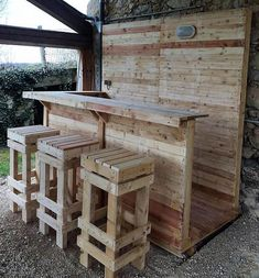 13 Creative Outdoor Bar Ideas for Your Backyard Inspiration Wood Pallet Projects Backyard Bar Creative ideas Inspiration Outdoor Palet Bar, Wood Pallet Bar, Pallet Decking, Wood Pallet Furniture, Wood Pallets, Furniture Ideas, Cafe Furniture, Garden Furniture, Pallet Bar Stools
