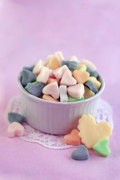 This Valentines Day, let's make sure no vegan is left un-noticed! For all your vegan friends, make these delicious homemade gummy conversation hearts. Gelatin-free.