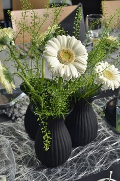 borddækning konfirmation - Google-søgning Christmas Table Centerpieces, Flower Centerpieces, Flower Arrangements, Table Decorations, 16th Birthday, Birthday Bash, Gerbera, Cut Flowers, Event Decor