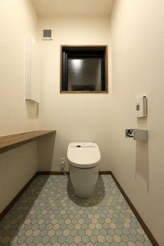 トイレやサニタリーで個性を演出するには?!壁紙での演出方法に飽きた方は、床で冒険してみてはいかがでしょうか?狭い空間だからこそできるおしゃれを楽しんでみましょ…