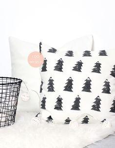 DIY CUSHION : Create a cute christmas cushion with a potato stamp. Really easy tutorial. DIY COUSSIN : Réalisez un joli coussin de Noël à partir d'un cachet pomme de terre! Plus de DIY sur : www.idoitmyself.be