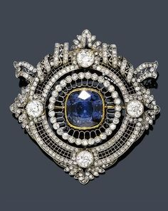 DIAMOND AND SPINEL BROOCH , ca. 1910. Charming round, openwork brooch, the border decorated with fine leaf motifs, the top with finely openwork band motifs. The centre set with an iridescent blue/violet spinel in a yellow gold mount and set throughout with 4 old European-cut diamonds and numerous old European-cut diamonds and some rose-cut diamonds. French import marks.