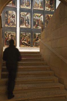 Museo de Bellas Artes de Oviedo. El Museo está instalado en tres edificios del barrio antiguo de Oviedo: el Palacio de Velarde, del siglo XVIII, al que está unido una construcción de 1940, y la Casa de Oviedo Portal, del siglo XVII.