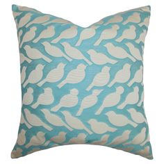 Bringen Sie Ihr Sofa zum Zwitschern. Dieses wunderschöne Kissen mit Vogelmuster belebt Ihre Couchecke und ist ein origineller Blickfang.