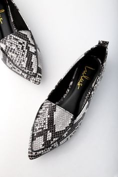 Adds sophisticated flair to every ensemble with the Emmy Natural Snake Pointed Loafers! Vegan leather snake print flats have a pointed toe upper. Pointed Loafers, Patent Loafers, Loafer Flats, Cute Shoes, Me Too Shoes, Red Shoes, Flat Shoes, Women's Shoes, Zapatos Animal Print
